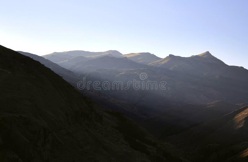 Paesaggio della montagna su Sunny Day fotografie stock libere da diritti