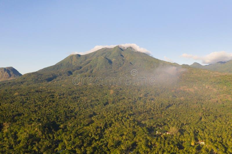 Paesaggio della montagna sull'isola di Camiguin, Filippine Vulcani e foresta immagini stock