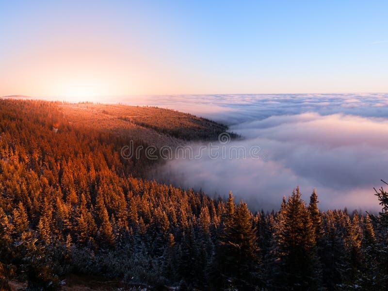 Paesaggio della montagna a tempo di tramonto Sera di Freezy ed inversione del tempo, montagne giganti, aka Krkonose, repubblica C fotografie stock libere da diritti