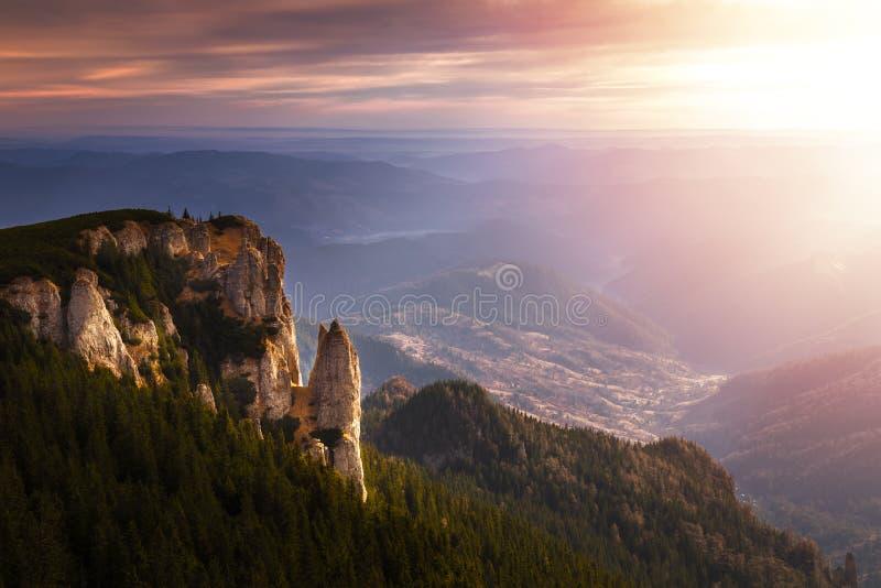 Paesaggio della montagna visto dalla cima del picco di Ceahlau, vista a Th immagine stock libera da diritti