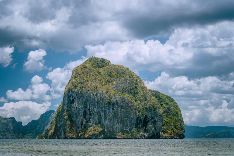 Paesaggio della natura dell'isola di Pinagbuyutan Nido di EL, Palawan giro in barca di viaggio di luppolizzazione di isola di avv immagini stock libere da diritti