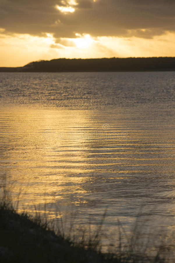 Paesaggio della natura sulla costa della spiaggia con il cielo di tramonto fotografia stock libera da diritti