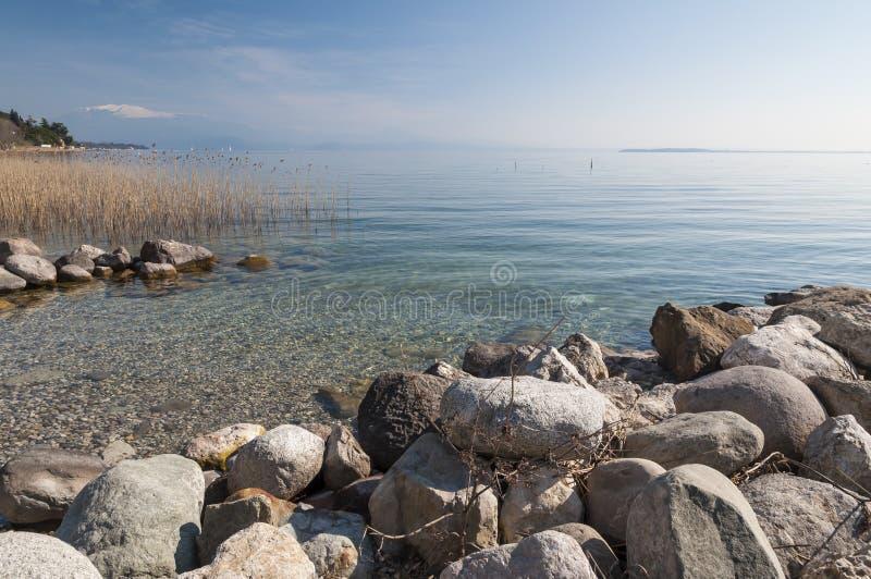 Paesaggio della polizia del lago dalla polizia del sul di Padenghe, Brescia, Italia immagine stock libera da diritti