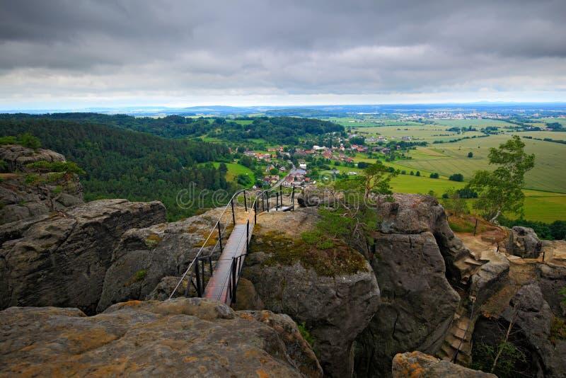 Paesaggio della repubblica Ceca Collina rocciosa sopra il piccolo villaggio Pietre con la traccia ferrosa Vista di estate di bell fotografie stock libere da diritti