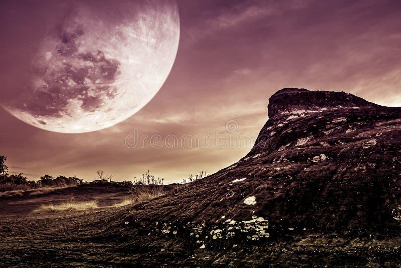 Paesaggio della roccia con cielo notturno e la grande luna sopra wilderne fotografie stock