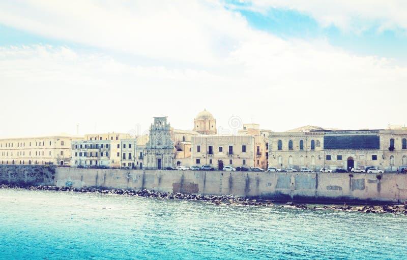 Paesaggio della Sicilia, vista di vecchie costruzioni in lungonmare dell'isola di Ortygia Ortigia, Siracusa, Sicilia, Italia fotografia stock libera da diritti