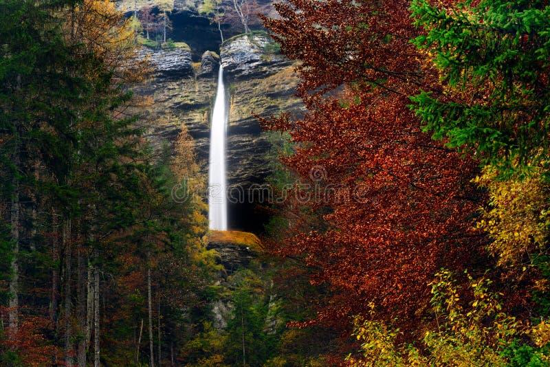 Paesaggio della Slovenia, natura, scena di autunno, natura, cascata, montagne fotografie stock