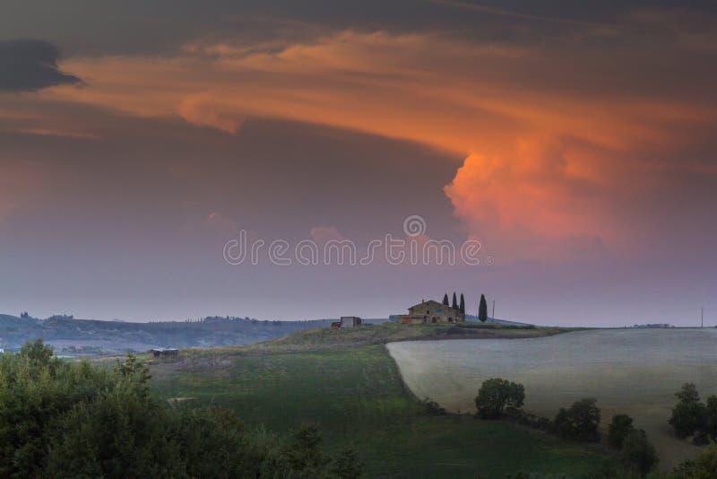 Paesaggio della Toscana al tramonto fotografia stock libera da diritti
