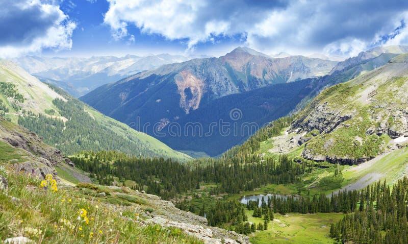 Paesaggio della valle delle montagne di Colorado immagini stock libere da diritti