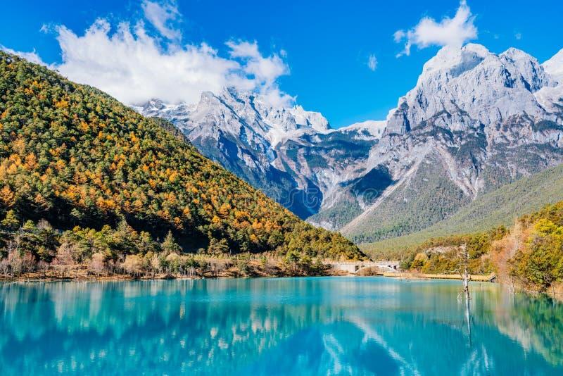 Paesaggio della valle della luna blu in Jade Dragon Snow Mountain, Lijiang, il Yunnan, Cina fotografia stock