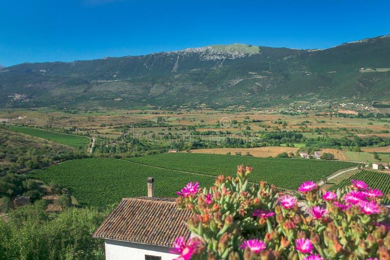 Paesaggio della valle verde del paese con le montagne in italiano Abruzzo fotografia stock libera da diritti