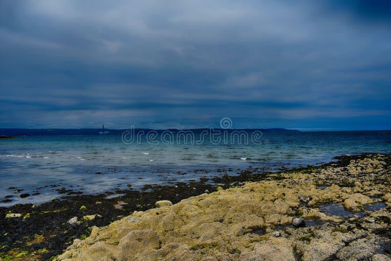 Paesaggio della vista dell'Irlanda del Nord della costa sull'oceano e sul cielo immagini stock
