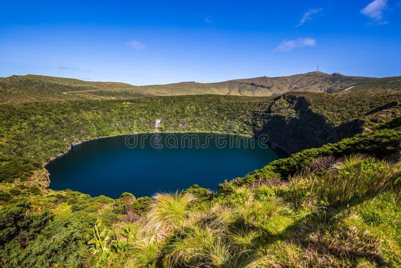 Paesaggio delle Azzorre con i laghi nell'isola del Flores Caldeira Comprida immagine stock