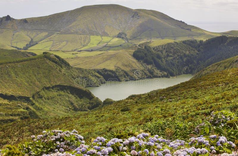 Paesaggio delle Azzorre con il lago nell'isola del Flores Caldeira Funda Por fotografie stock