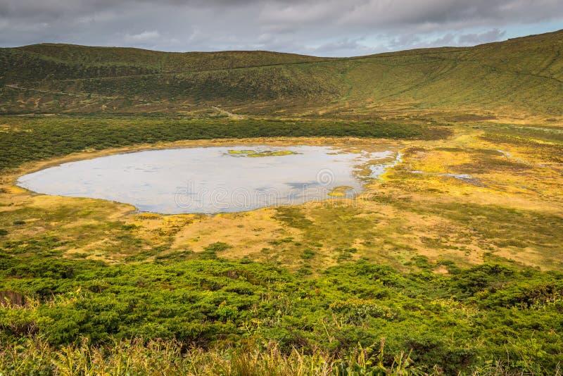Paesaggio delle Azzorre con il lago nell'isola del Flores Caldeira Funda Por fotografia stock