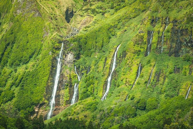 Paesaggio delle Azzorre nell'isola del Flores Cascate in Pozo da Alagoin fotografia stock libera da diritti