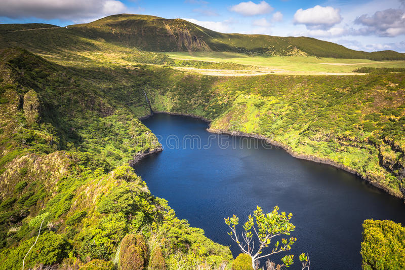Paesaggio delle Azzorre nell'isola del Flores Cascate in Pozo da Alagoin immagine stock libera da diritti