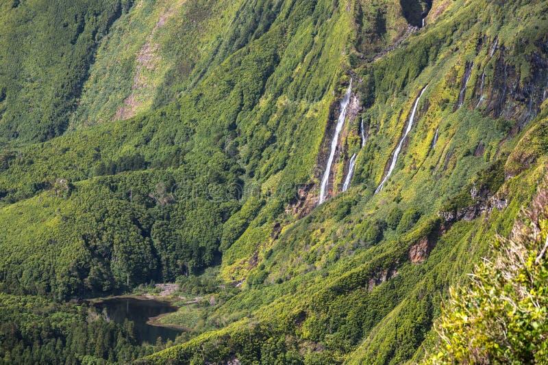 Paesaggio delle Azzorre nell'isola del Flores Cascate in Pozo da Alagoin immagini stock