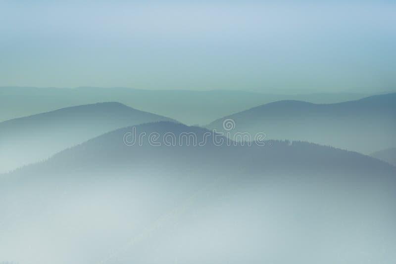 Paesaggio delle colline della montagna nebbiosa Vista degli strati delle montagne e della foschia nelle valli fotografia stock