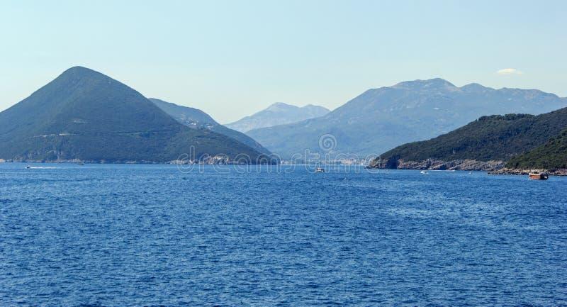 Paesaggio delle colline di Montenegrian sulla spiaggia immagine stock