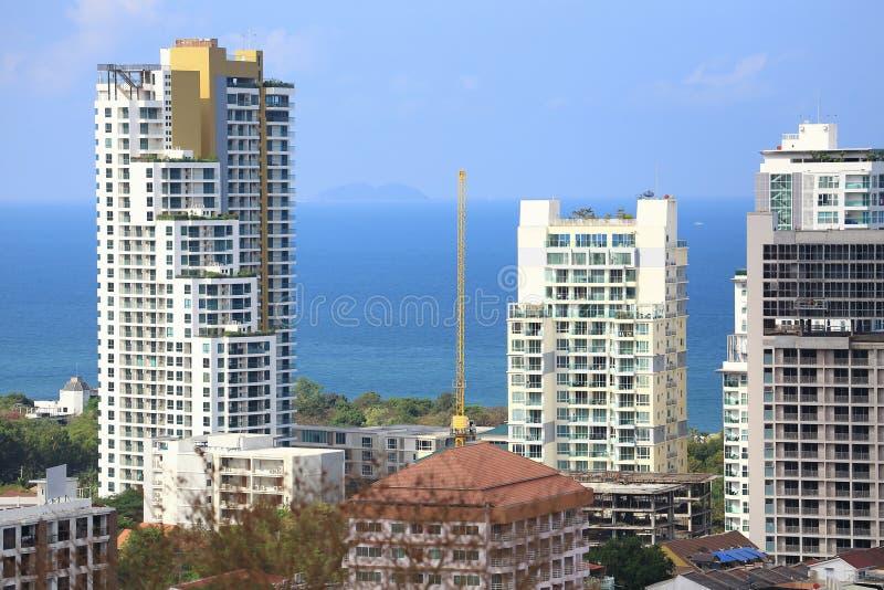 Paesaggio delle costruzioni con il mare e cielo blu e nuvola, Pattaya, Tailandia fotografie stock