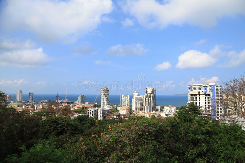 Paesaggio delle costruzioni con il mare e cielo blu e nuvola, Pattaya Tailandia immagini stock