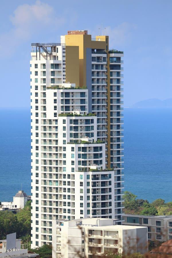 Paesaggio delle costruzioni con il mare e cielo blu e nuvola, Pattaya Tailandia fotografia stock