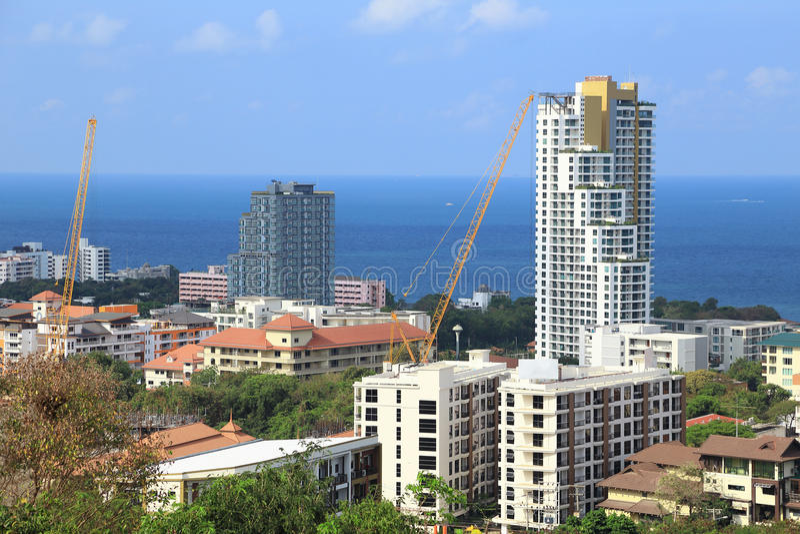 Paesaggio delle costruzioni con il mare e cielo blu e nuvola, Pattaya, Tailandia fotografia stock libera da diritti