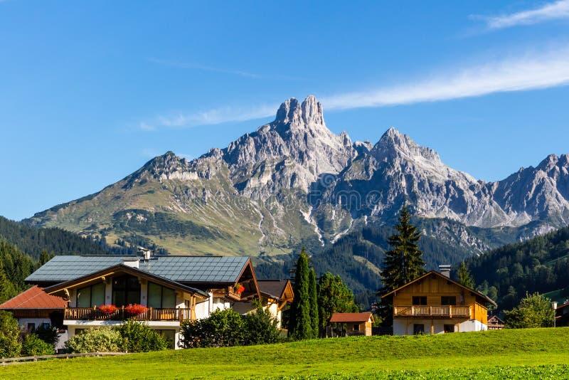 Paesaggio delle montagne, campo verde, cielo, foresta in Filzmoos, Salisburgo, Austria fotografie stock libere da diritti