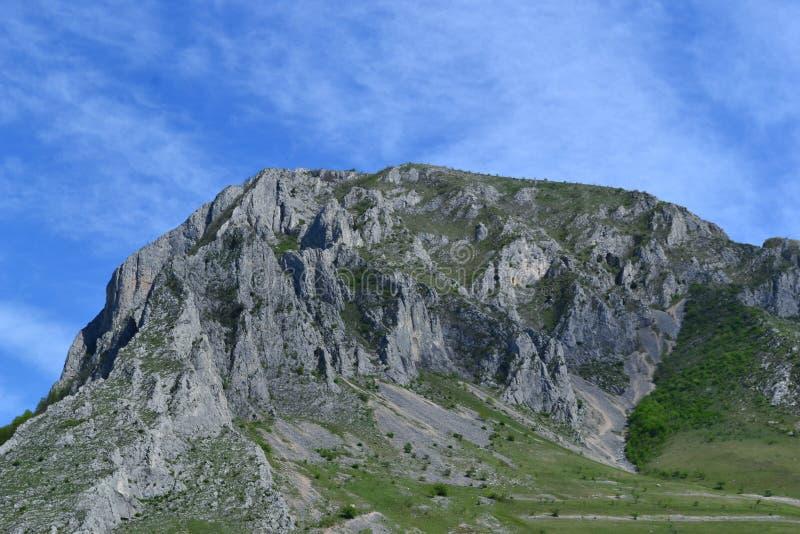 Paesaggio delle montagne con il chiaro cielo fotografia stock libera da diritti