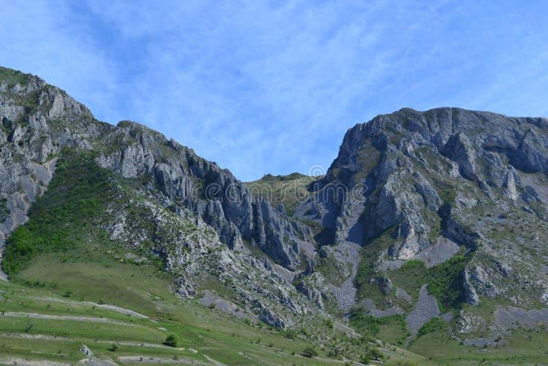 Paesaggio delle montagne con il chiaro cielo immagine stock libera da diritti