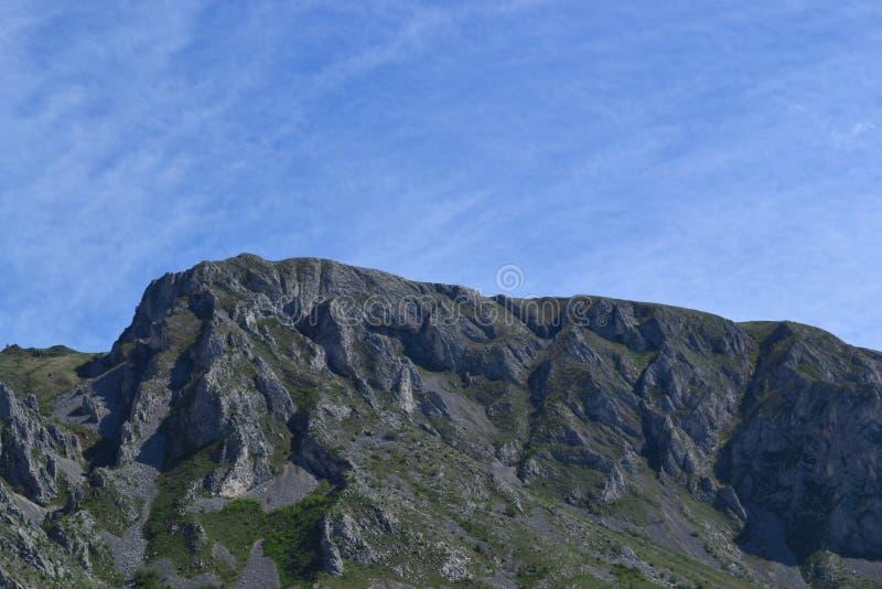 Paesaggio delle montagne con il chiaro cielo fotografie stock
