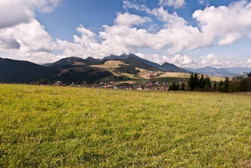 Paesaggio delle montagne di Autumn Carpathian vicino a Malatina in Slovacchia fotografia stock