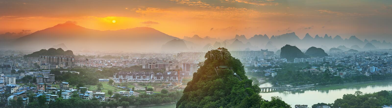 Paesaggio delle montagne di Guilin, di Li River e di morfologia carsica Individuato vicino alla contea di Yangshuo, provincia del fotografia stock