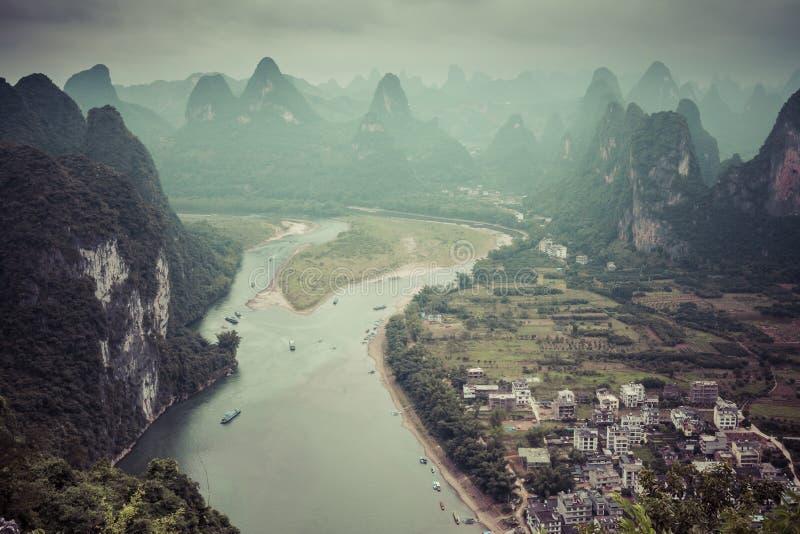 Paesaggio delle montagne di Guilin, di Li River e di morfologia carsica Individuato vicino immagine stock