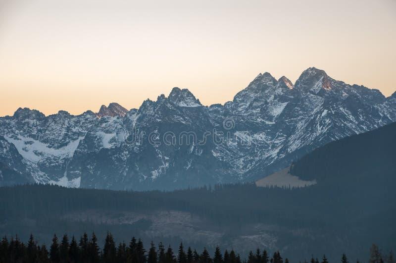 Paesaggio delle montagne di Tatra al tramonto immagini stock