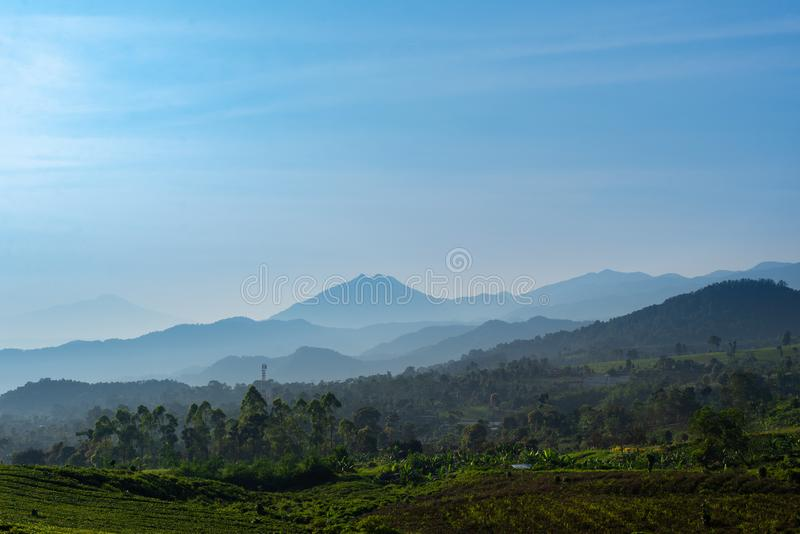 Paesaggio delle montagne intorno a lembang fotografie stock