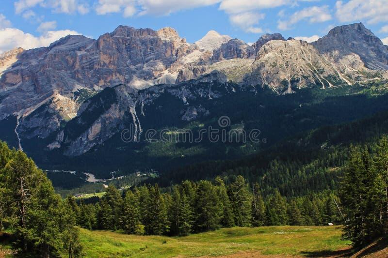 Paesaggio delle montagne in monumenti di Alta Badia e natura molto piacevole in Dolomiti, montagne Italia, Europa dell'Unesco fotografie stock libere da diritti