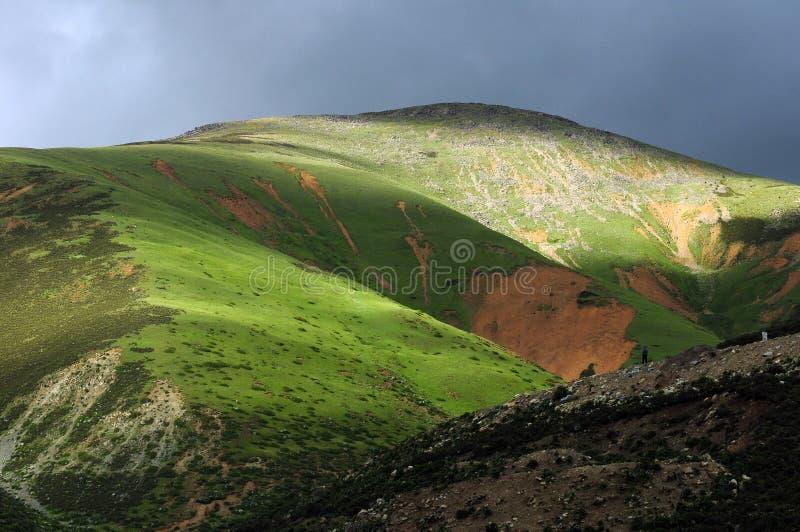 Paesaggio delle montagne nel Tibet fotografia stock