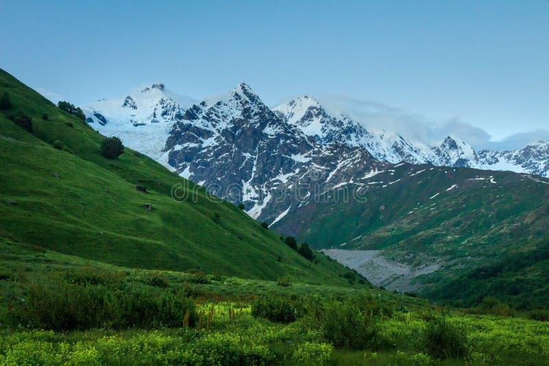 Paesaggio delle montagne Sommità di Snowy in Caucaso fotografia stock