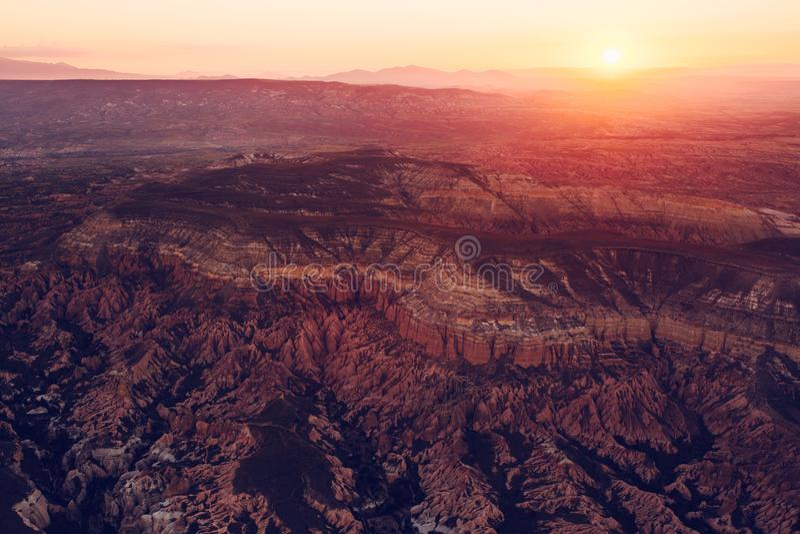 Paesaggio dello spazio Un'immagine concettuale di un universo distante e di un pianeta disabitato Luce solare sopra il terreno co fotografia stock