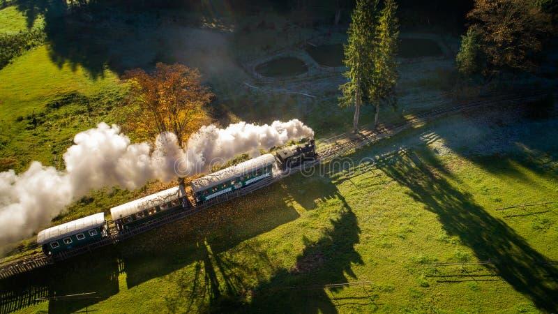 Paesaggio di alba di autunno di Bucovina in Romania con foschia e le montagne fotografia stock