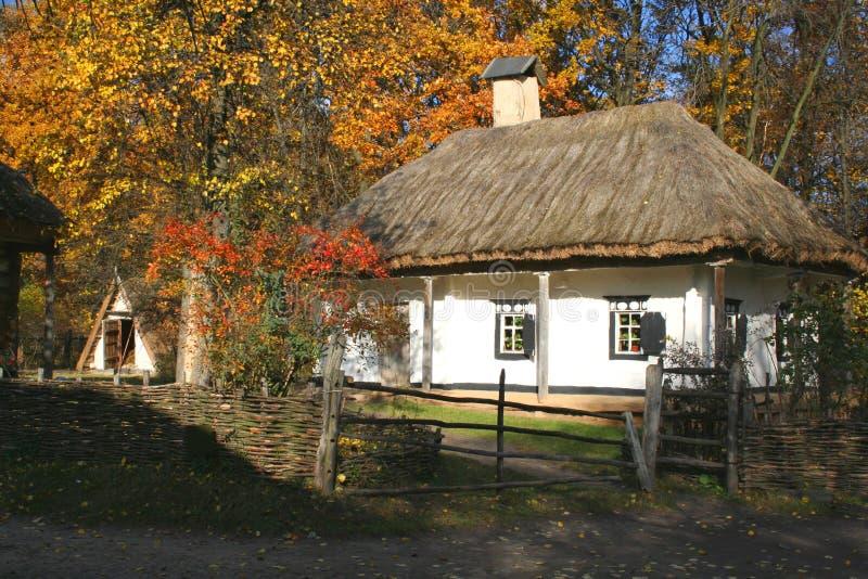 Paesaggio di autunno - casa antica del paese immagini stock