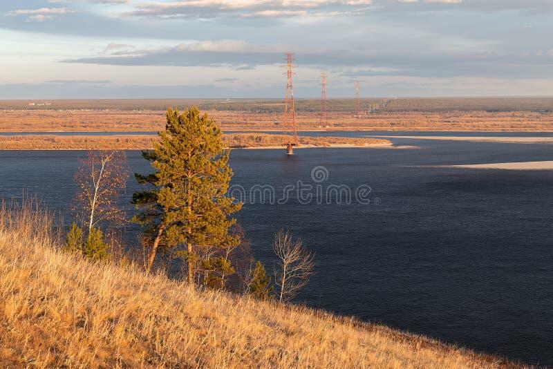 Paesaggio di autunno con gli alberi e un ampio fiume fotografie stock libere da diritti