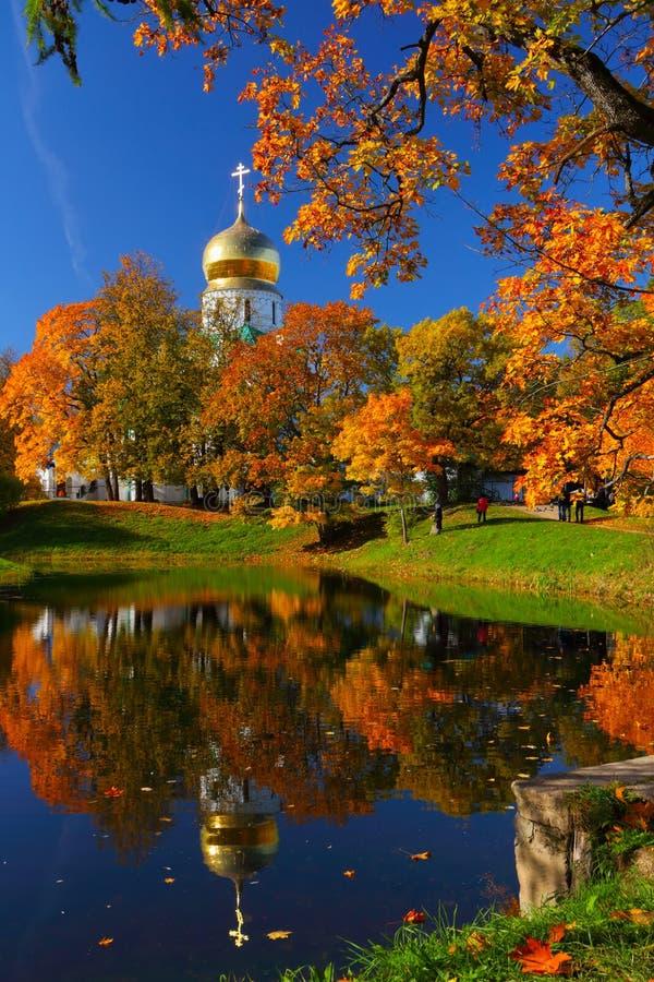 Paesaggio di autunno con la chiesa fotografia stock libera da diritti