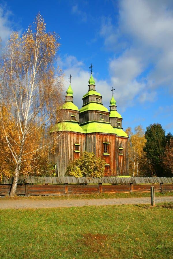 Paesaggio di autunno della chiesa del paese fotografie stock
