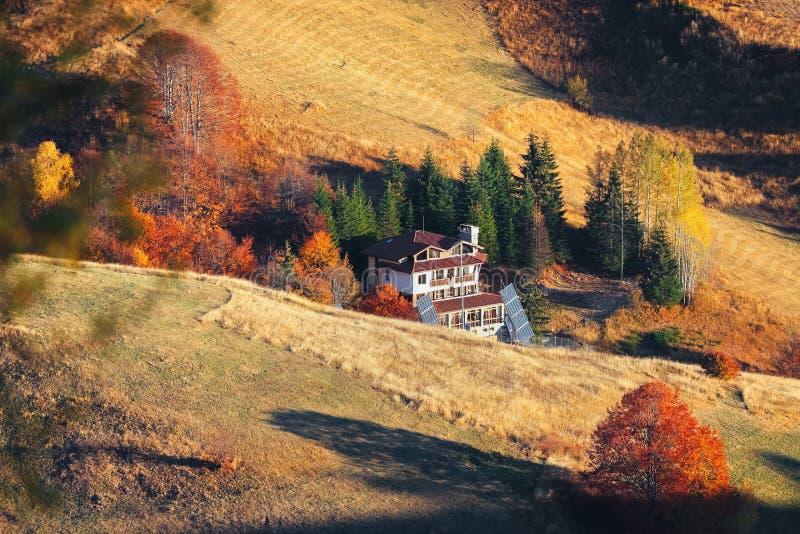 Paesaggio di autunno della montagna con la foresta variopinta e la h tradizionale fotografia stock libera da diritti