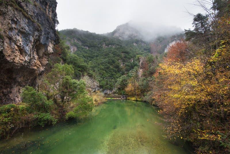 Paesaggio di autunno, fiume nel parco naturale di Somiedo, Asturie, Spagna immagini stock libere da diritti