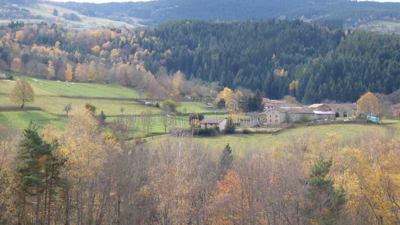 Paesaggio di autunno nel forez di livradois, auvergne Francia immagini stock