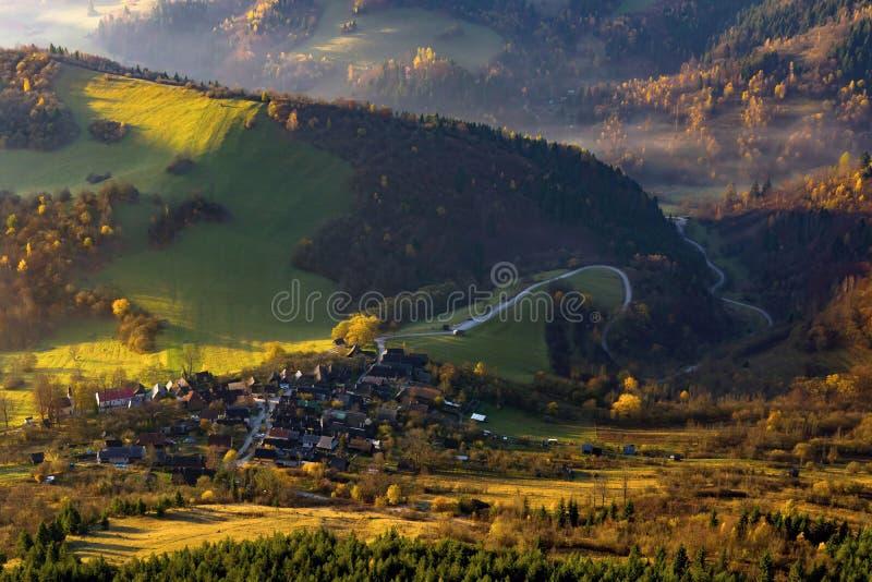 Paesaggio di autunno a Vlkolinec immagine stock